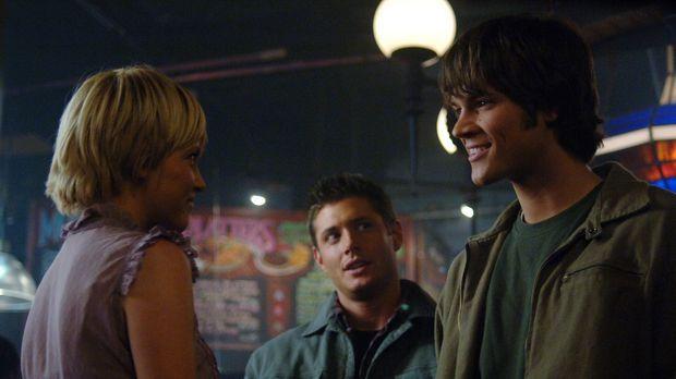 Als Sam (Jared Padalecki, r.) und Dean (Jensen Ackles, M.) einen mysteriösen...