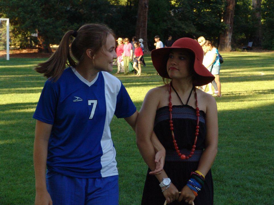 Zwei ungleiche Freundinnen: die Fußbalspielerin Sara (Leah Pipes, l.) und die modevernarrte Tutti (Lalaine, r.) ... - Bildquelle: Showcase Entertainment