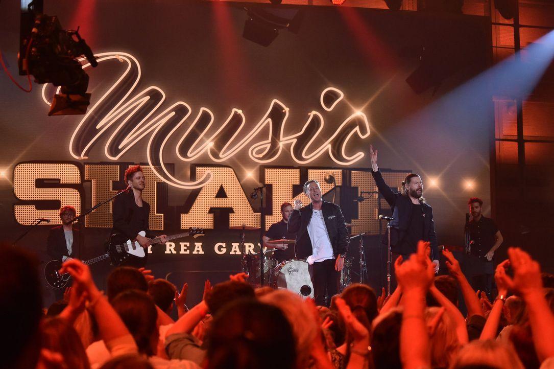 Rea Garvey (2.v.r.) bittet OneRepublic zum Musicshake, um einen Song ganz neu zu interpretieren ... - Bildquelle: Andre Kowalski ProSieben