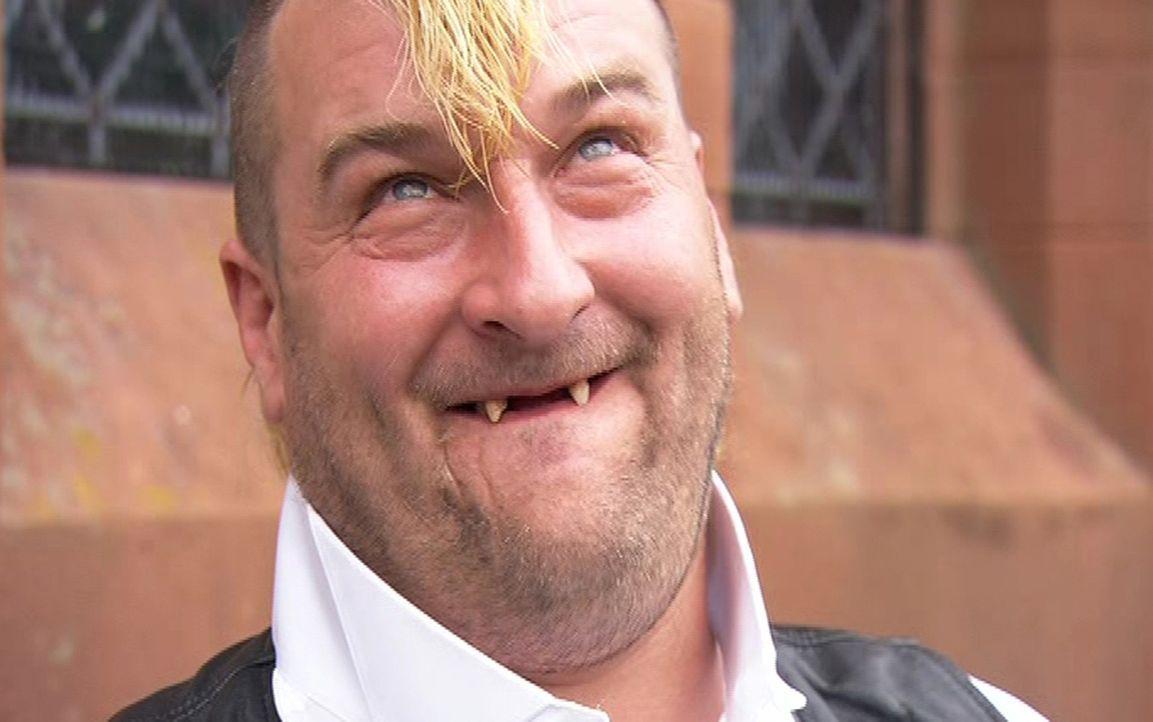 Kneipenbesitzerin Sam hat ihre große Liebe in Rocker und Motorrad-Freak Trevor (Bild) gefunden. - Bildquelle: ITV Studios Limited 2012