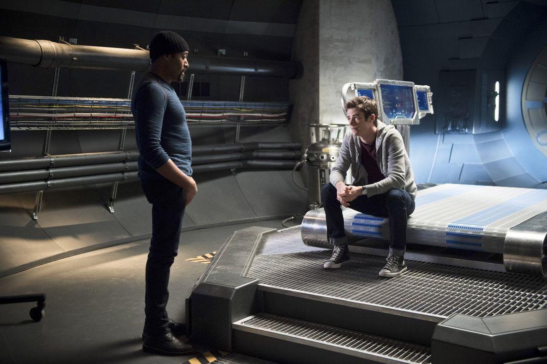 Barry (Grant Gustin, r.) steht vor einer drastischen Entscheidung und hofft auf einen Ratschlag von Joe (Jesse L. Martin, l.) ... - Bildquelle: Warner Brothers.