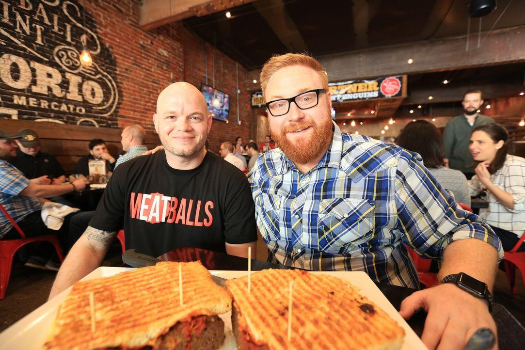 """Food-Fanatiker Josh Denny (r.) stattet Küchenchef Donnie Amman (l.) im """"Emporio"""" in Pittsburgh einen Besuch ab ... - Bildquelle: 2017,Television Food Network, G.P. All Rights Reserved"""
