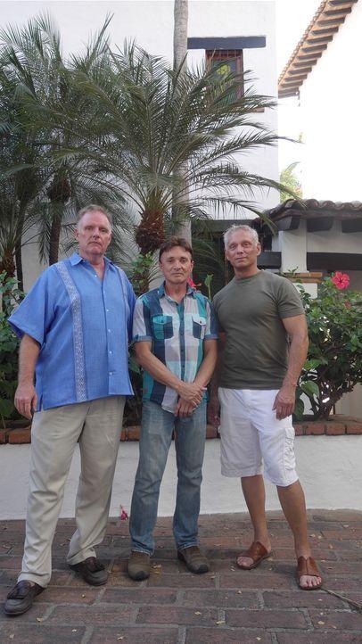 Scott (M.) und Brad (r.) haben sich in die Gegend von Puerta Vallarta verliebt und suchen jetzt nach einer Bleibe. Findet Makler John Swanson (l.) d... - Bildquelle: 2014, HGTV/Scripps Networks, LLC. All Rights Reserved.