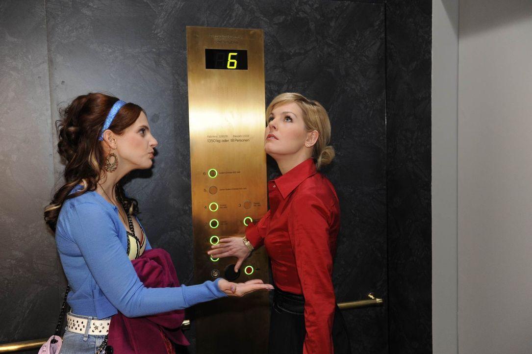 Manu (Marie Zielcke, l.) versucht Alexandra (Ivonne Schönherr, r.) davon zu überzeugen, Mark noch eine Chance zu geben - wovon die allerdings nich... - Bildquelle: SAT.1