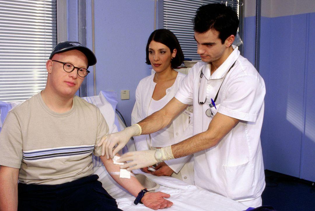 Bobby Klose (Bobby Brederlow, l.) ist Dialysepatient und leidet am Down-Syndrom. Da sich sein Zustand rapide verschlechtert, braucht er dringend ein...
