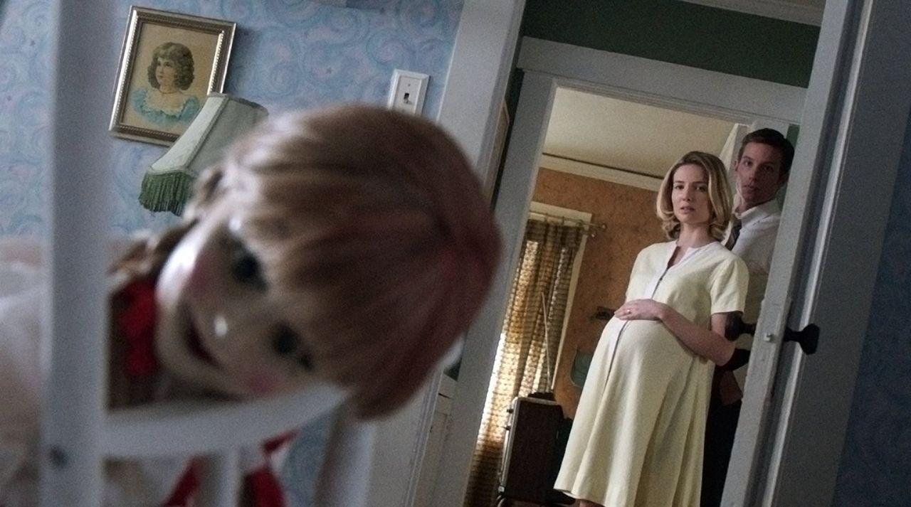 Egal was John (Ward Horton, r.) und Mia (Annabelle Wallis, l.) auch probieren, sie werden die Horrorpuppe Annabelle nicht los. In dieser steckt ein... - Bildquelle: 2014 Warner Brothers