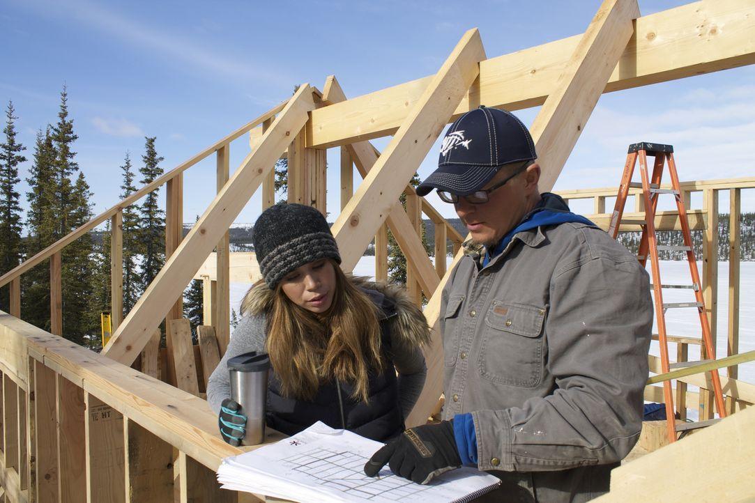 Die nächsten Nachbarn sind weit entfernt, dennoch wollen Ana (l.) und ihr Mann Jacob (r.) mit ihren beiden Kindern in der Wildnis Alaskas leben ... - Bildquelle: 2015, DIY Network/Scripps Networks, LLC. All Rights Reserved.