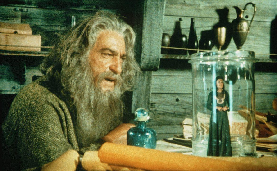 Melanthius (Patrick Troughton, l.) versucht die Hexenkünste zu erfahren, mit deren Hilfe Zenobia (Margaret Whiting, r.) sich und Prinz Kassim verwan... - Bildquelle: Columbia Pictures