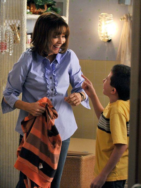 Brick (Atticus Shaffer, r.) hat absolut keine Lust mehr, seine Mutter Frankie (Patricia Heaton, l.) bei ihren stressigen Samstagseinkäufen zu beglei... - Bildquelle: Warner Brothers