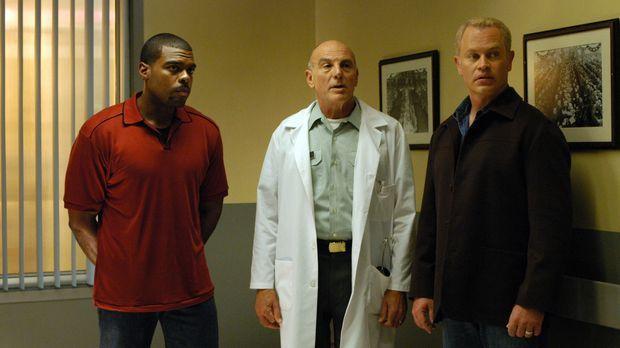 Frank Powell (Troy Winbush, l.), LT. Col.Bartek (Carmen Argenziano, M.) und D...