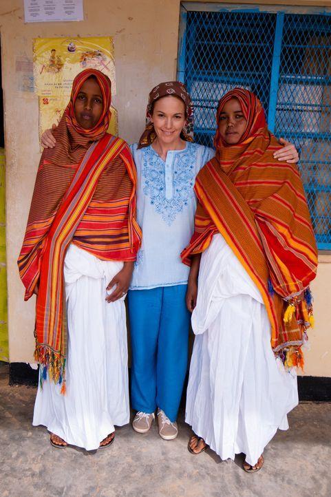 Diana Lane (M.) reist nach Somalia, wo Genitalverstümmelung an Frauen praktiziert wird. - Bildquelle: Fremantle
