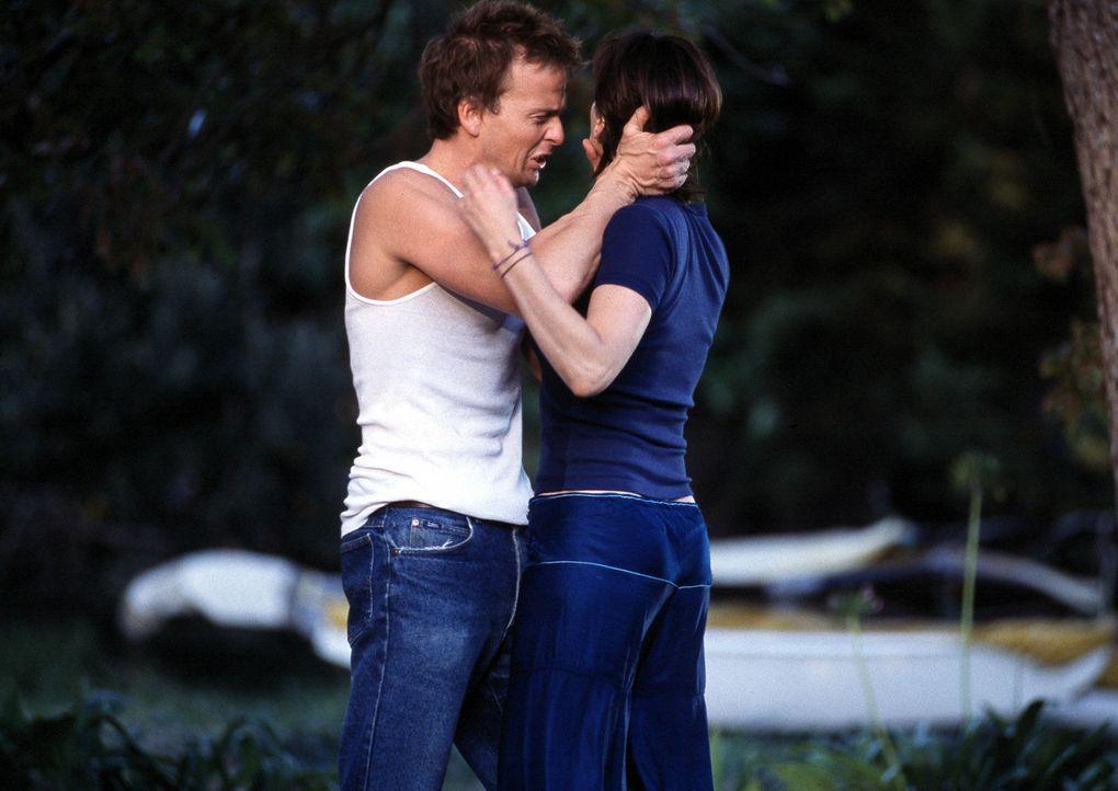 Als Lila (Gina Gershon, r.) von dem Betäubungsmittel erfährt, kommt ihr ein Verdacht: Ed Baikman (Sean Patrick Flanery, l.) ... - Bildquelle: ApolloMedia