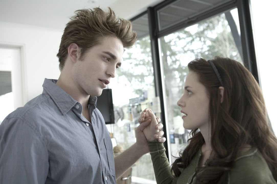 Sie hätte ihn wirklich gerne am Hals: Bella (Kristen Stewart, l.) und Vampir Edward (Robert Pattinson, r.) ... - Bildquelle: 2008 Summit Entertainment, LLC All Rights Reserved