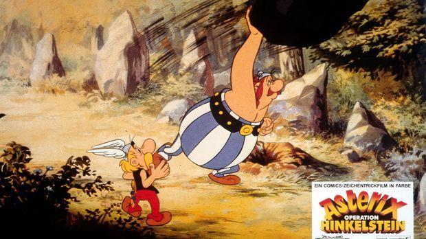 Asterix (l.) ahnt es schon. Obelix' (r.) Hinkelsteinwurf geht voll daneben. S...