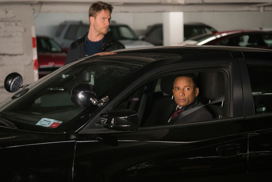 Während Brian (Jake McDorman, l.) die Ermittlungen wegen des Attentat auf Senator Morra sabotieren soll, hat Boyle (Hill Harper, r.) noch mit dem To... - Bildquelle: Michael Parmelee 2015 CBS Broadcasting, Inc. All Rights Reserved