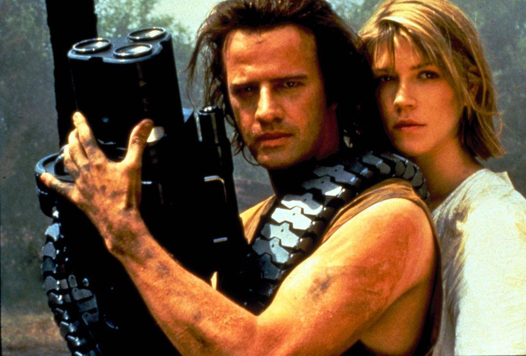 John (Christopher Lambert, l.) versucht mit seiner Frau Karen (Loryn Locklin, r.) aus dem Hi-Tech-Gefängnis zu entkommen. - Bildquelle: Dimension Films