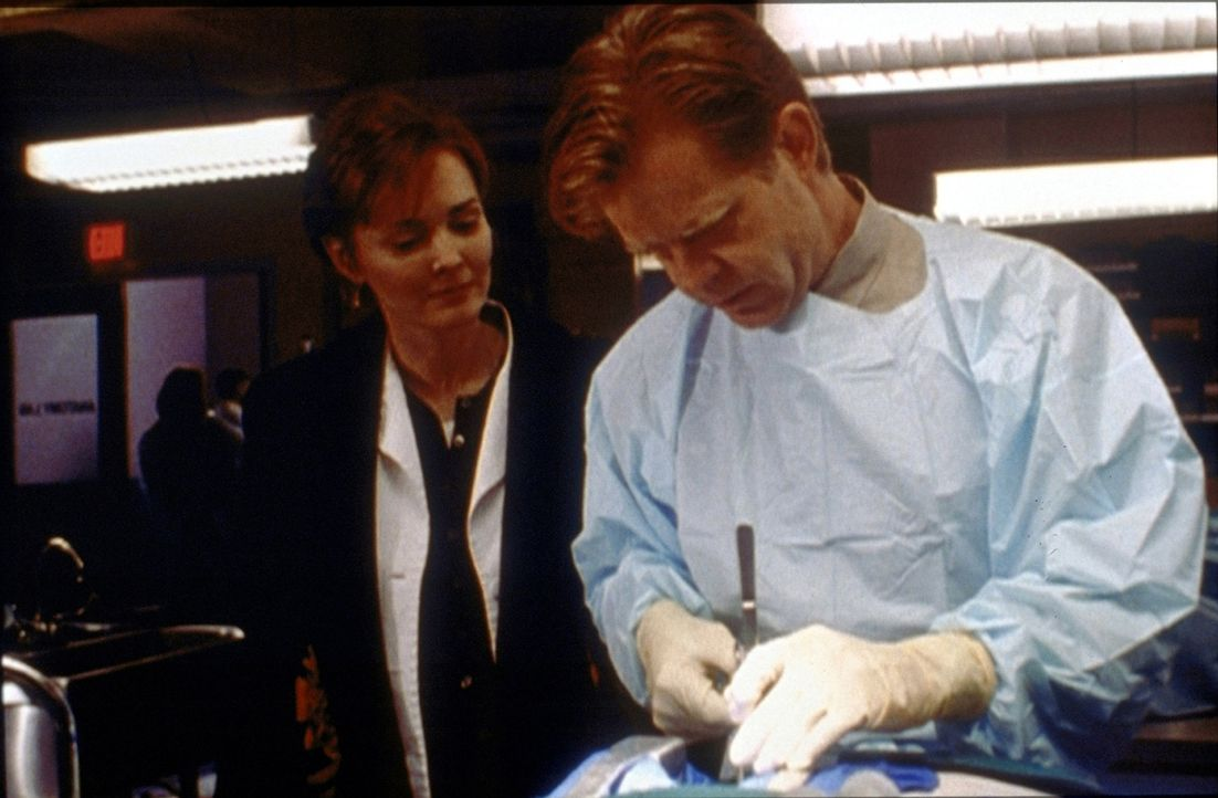 Chefarzt Morgenstern (William H. Macy, r.) nimmt nach überstandenem Herzinfarkt die Arbeit wieder auf. Weaver (Laura Innes, l.) muss dadurch ins zwe... - Bildquelle: TM+  2000 WARNER BROS.