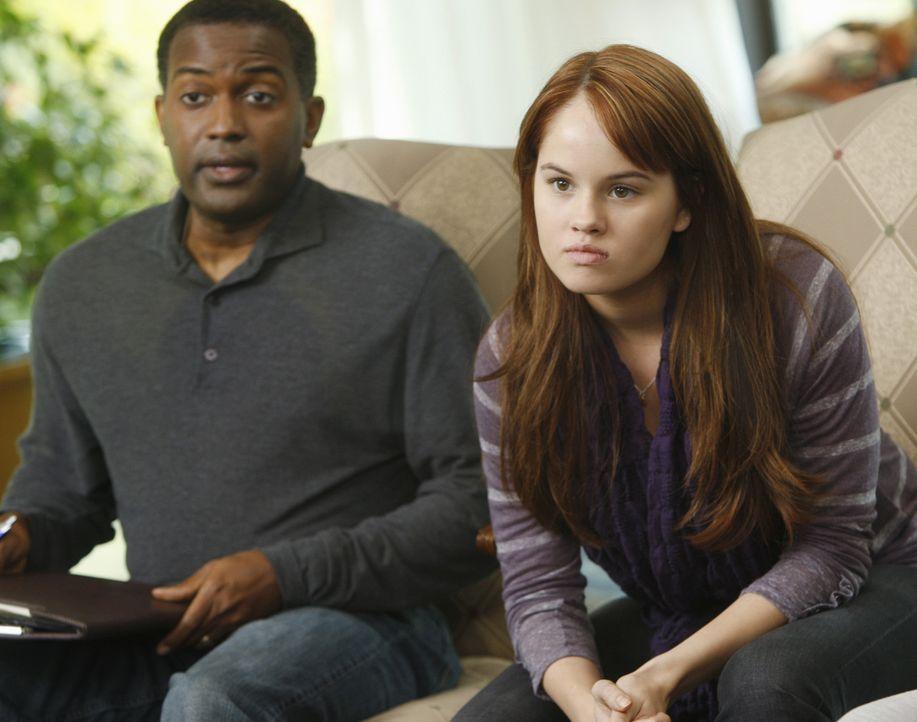 Stehen Amelia bei ihrem Entzug bei: Dr. Dave (Karl T. Wright, l.) und Hailey (Debby Ryan, r.) ... - Bildquelle: ABC Studios