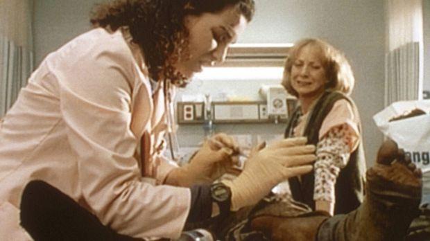 Carol Hathaway (Julianna Margulies, l.) zieht einem eingelieferten Patienten...