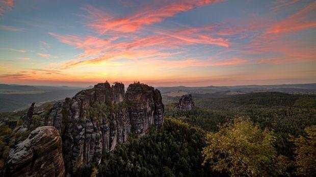 Steile Felsformationen im roten Sonnenlicht in der Sächsischen Schweiz