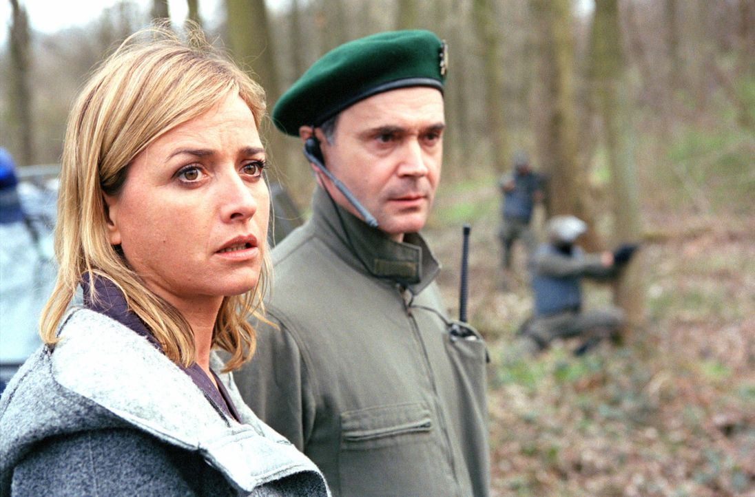 Julia Gerling (Katharina Abt, l.) und Major Strasser (Rainer Laupichler, r.) beobachten die Scharfschützen, die in Stellung gegangen sind. - Bildquelle: Thomas Kost Sat.1