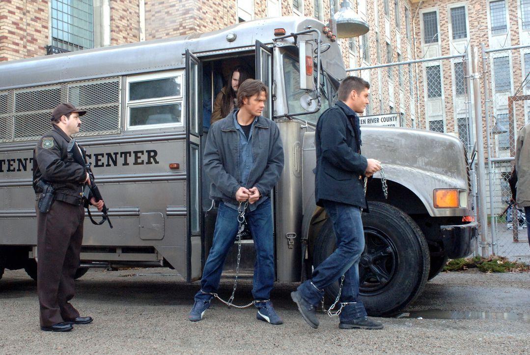 Als Sam (Jared Padalecki, M.) und Dean (Jensen Ackles, r.) über einen Geist hören, der Häftlinge tötet, beschließen sie, sich in die staatliche Stra... - Bildquelle: Warner Bros. Television