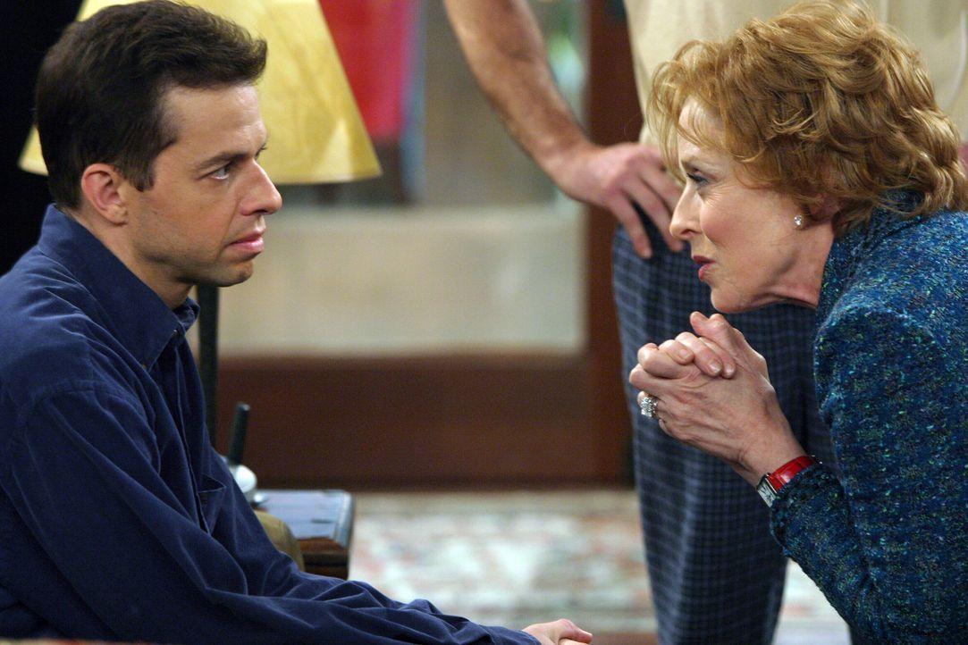 Um Alan (Jon Cryer, l.) von einer Dummheit zu bewahren, redet Evelyn (Holland Taylor , r.) ihren Sohn ins Gewissen ... - Bildquelle: Warner Bros. Television