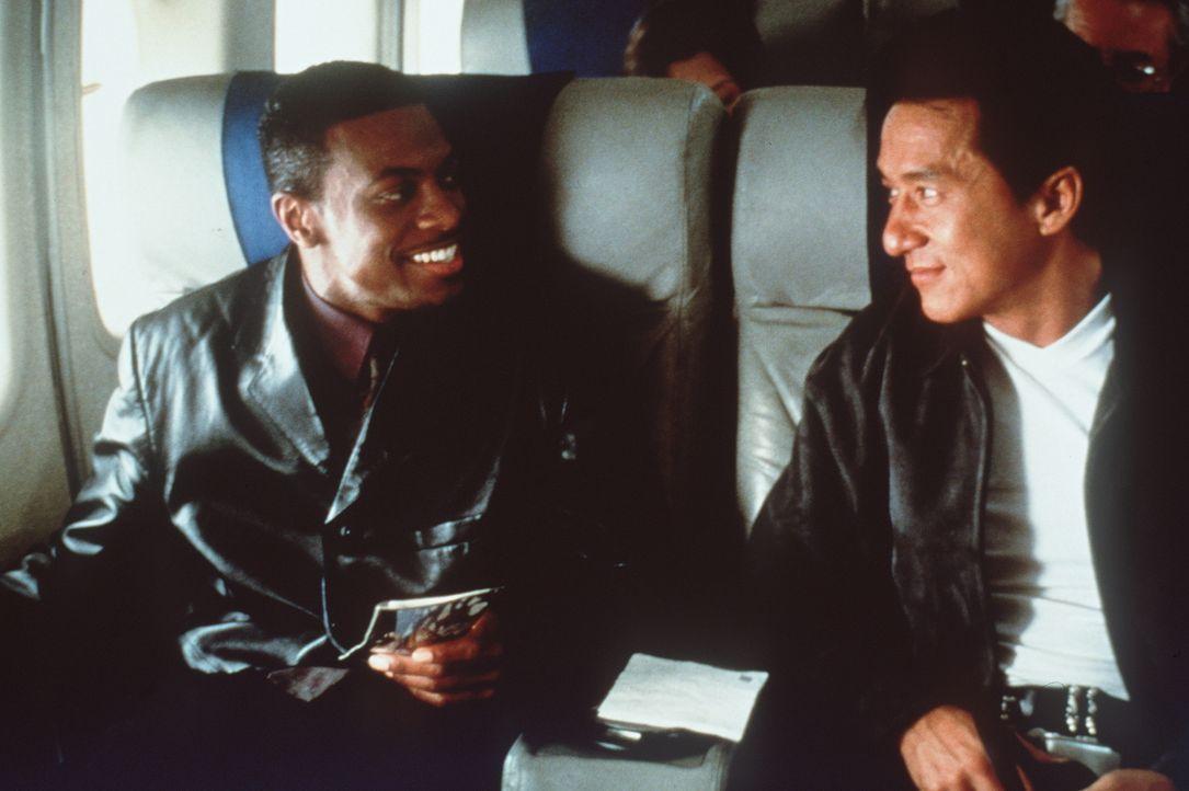 Wohl oder übel müssen sich Inspektor Lee (Jackie Chan, r.) aus Hongkong und L.A.-Cop Carter (Chris Tucker, l.) zusammenraufen, wenn sie in der Suche... - Bildquelle: New Line Cinema