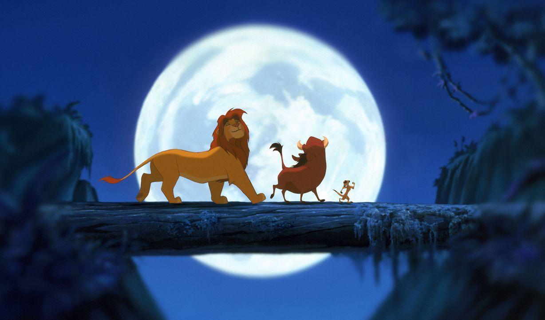 Nach dem Tod seines Vaters findet Simba (l.) in Pumbaa (M.) und Timon (r.) wahre Freunde ... - Bildquelle: Disney