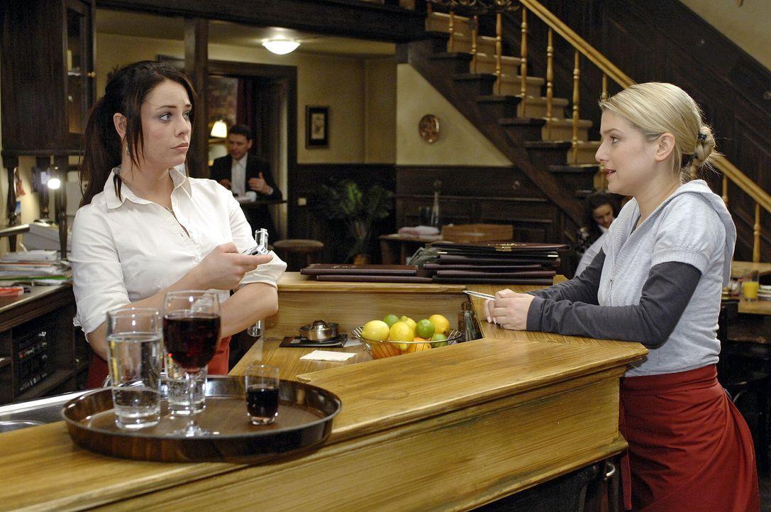 Anna (Jeanette Biedermann,r .) verspricht Paloma (Maja Maneiro, l.), sich bei Jonas für Maik einzusetzen. - Bildquelle: Oliver Ziebe Sat.1