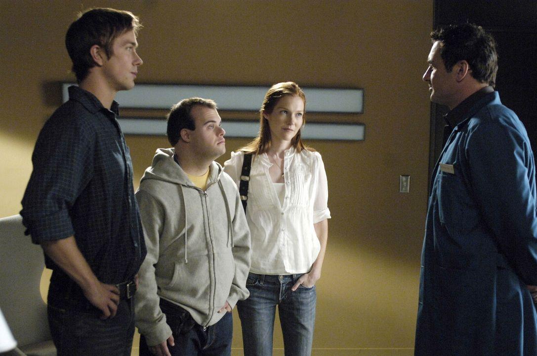 Christian (Julian McMahon, r.) behandelt Tommy (Blair Williamson, 2.v.l.), einen Patienten mit Down-Syndrom, der gerne so aussehen würde, wie seine... - Bildquelle: TM and   2005 Warner Bros. Entertainment Inc. All Rights Reserved.