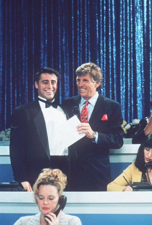 Joey (Matt LeBlanc, l.) ist überglücklich, denn er bekommt einen Moderationsjob beim Fernsehen angeboten. - Bildquelle: TM+  2000 WARNER BROS.