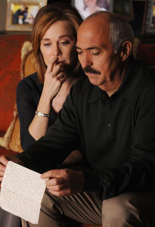 Werden Manuel Devalos (Miguel Sandoval, r.) und seine Frau Lily (Roxanne Hart, r.) jemals erfahren, warum sich ihre Tochter ein Jahr zuvor das Leben... - Bildquelle: Paramount Network Television