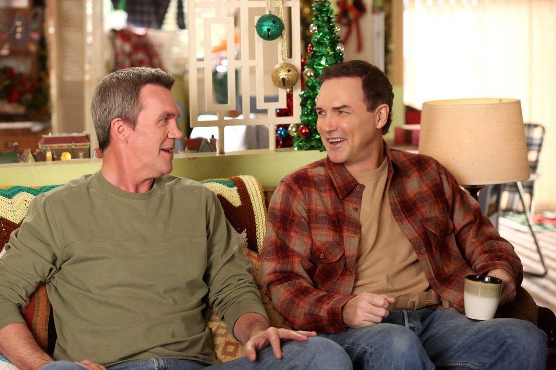 Als Mike (Neil Flynn, l.) herausfindet, dass die Möbel, die er für seinen Bruder Rusty (Norm MacDonald, r.) in der Garage deponieren will, diesem ga... - Bildquelle: Warner Brothers