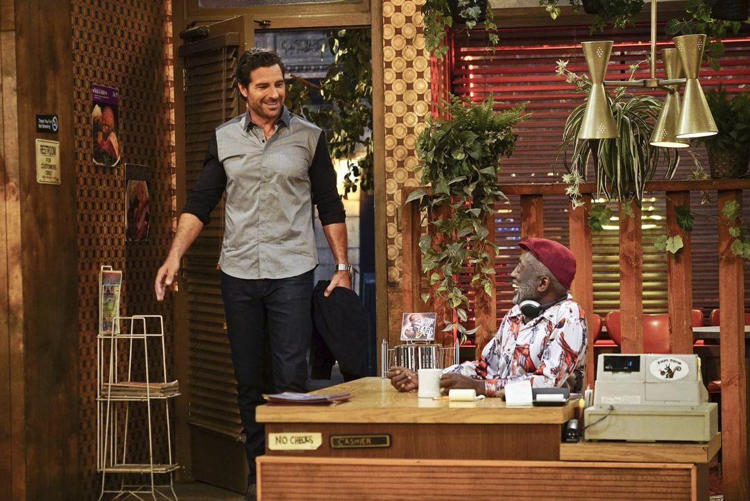 Randy (Ed Quinn, l.) und Earl (Garrett Morris, r.) verstehen sich gut, jetzt wo Randy öfter im Diner ist. Der will Max' Lebensumstände nun besser ke... - Bildquelle: 2016 Warner Brothers