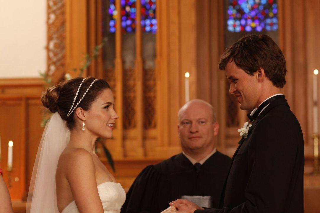 Vor der Trauung ist Brooke (Sophia Bush, l.) am Boden zerstört, weil ihr Vater sie nicht zum Altar führen wird, doch dann sieht sie Julian (Austin N... - Bildquelle: Warner Bros. Pictures