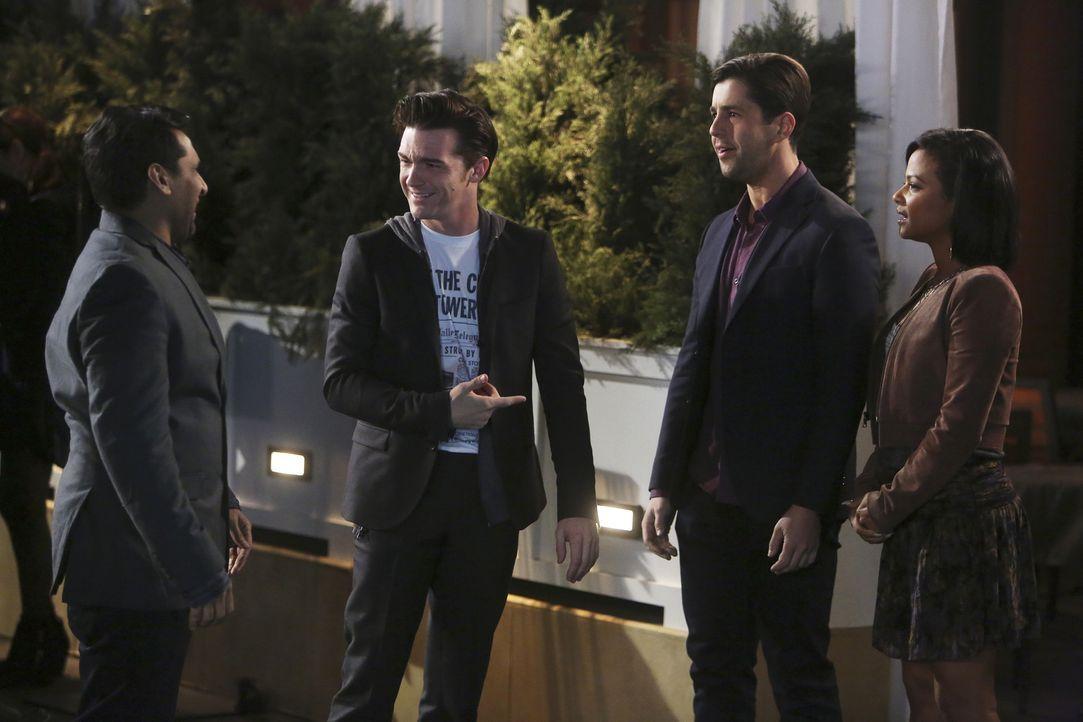 Während Ravi (Ravi Patel, l.), Gerald (Josh Peck, 2.v.r.) und Vanessa (Christina MIlian, r.) den reichen Unternehmer Kirk (Drake Bell, 2.v.l.) dazu... - Bildquelle: Jordin Althaus 2016 ABC Studios. All rights reserved.