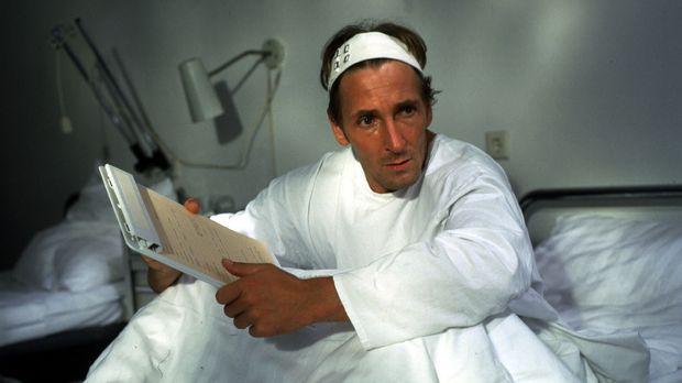 Fred Stromberg (Mark Keller) soll im Krankenhaus ein Aufnahmeformular ausfüll...