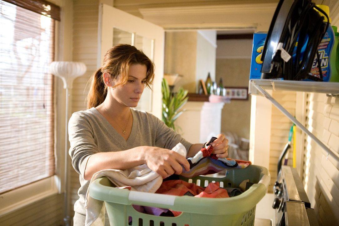 Der Tag ist für die junge Hausfrau und Mutter Linda Hanson (Sandra Bullock) völlig normal verlaufen, bis ein Polizist an ihrer Tür klingelt mit d... - Bildquelle: KINOWELT FILMVERLEIH GMBH