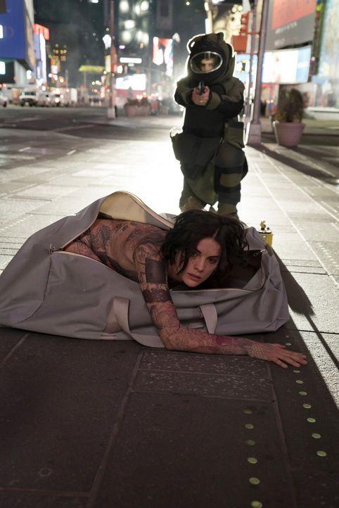 Als eines Tages eine junge Frau (Jaimie Alexander) nackt mitten auf dem Times Square aufwacht, allerdings ohne sich erinnern zu können, wie sie über... - Bildquelle: Warner Brothers