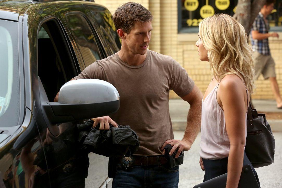 Wie lange kann Cami (Leah Pipes, r.) dem Detective Kinney (Jason Dohring, l.) noch vorspielen, dass es sich bei dem Mörder um ein menschliches Wesen... - Bildquelle: Warner Bros. Entertainment Inc.