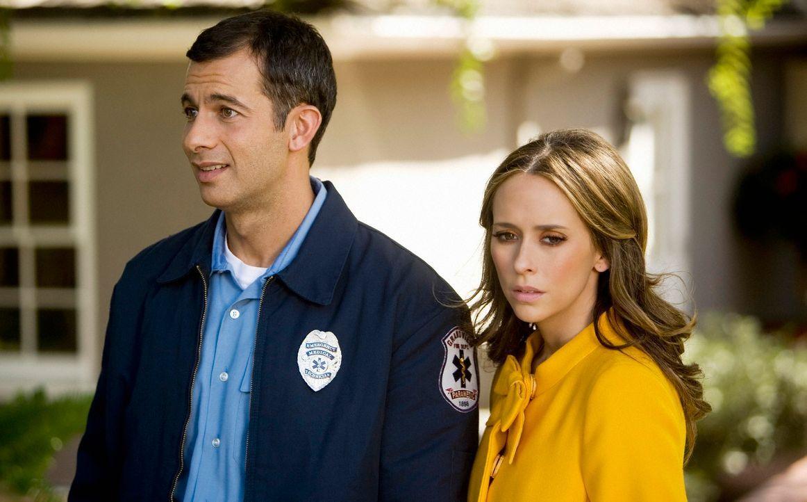 Bobby (Dariush Kashani, l.) erzählt Melinda (Jennifer Love Hewitt, r.), dass von diesem Haus ein Notruf ausgegangen ist - seltsam ist nur, dass dort... - Bildquelle: ABC Studios