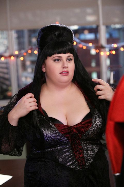 Kimmie (Rebel Wilson) hat's voll erwischt und beschließt, ihre Flamme auf einer Halloweenparty im sexy Kostüm zu überraschen ... - Bildquelle: Warner Brothers