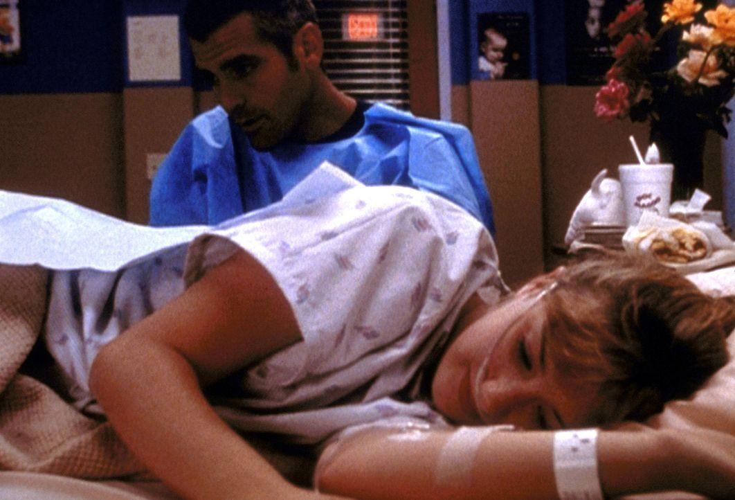 Dana steht eine Beinamputation bevor. Obwohl sie Romanos Patientin ist, verfügt Ross (George Clooney) eine Verschiebung der Operation, um das Mädche... - Bildquelle: TM+  2000 WARNER BROS.