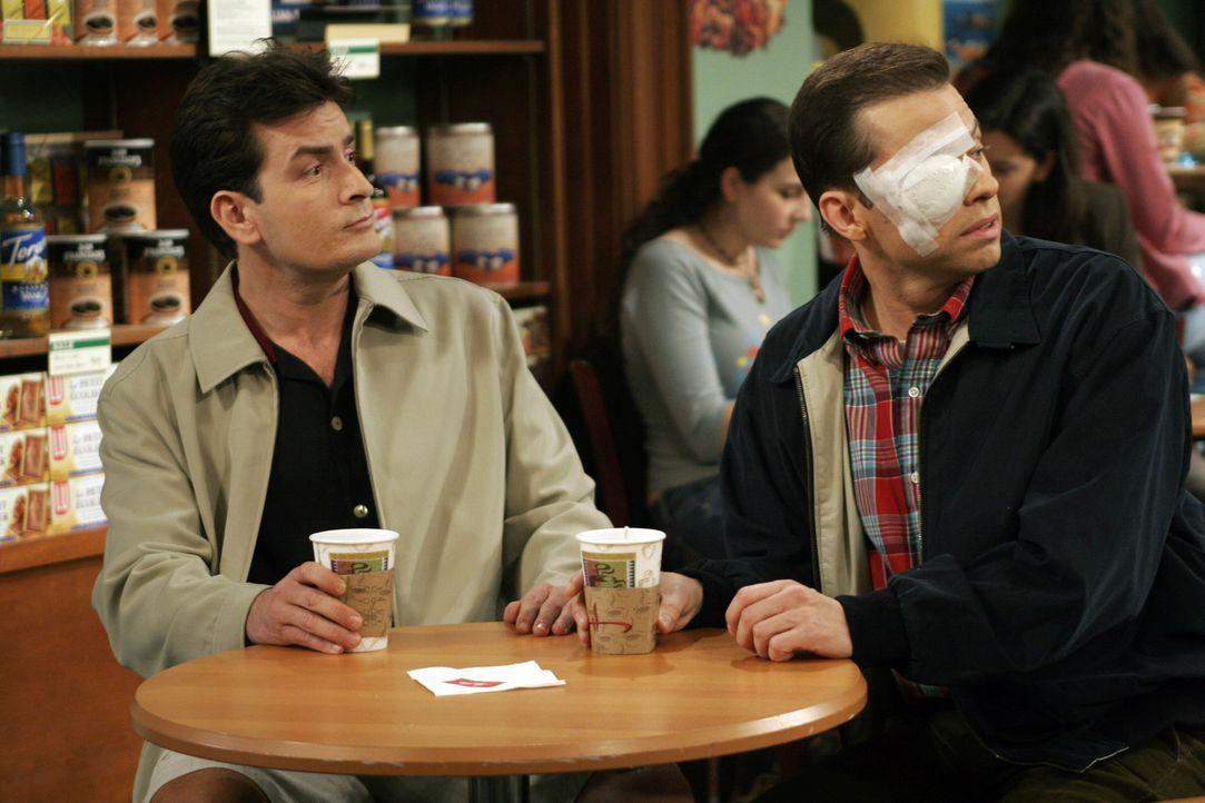 Überrascht erblicken Charlie (Charlie Sheen, l.) und Alan (Jon Cryer, r.) Sherri im Coffeshop ... - Bildquelle: Warner Bros. Television