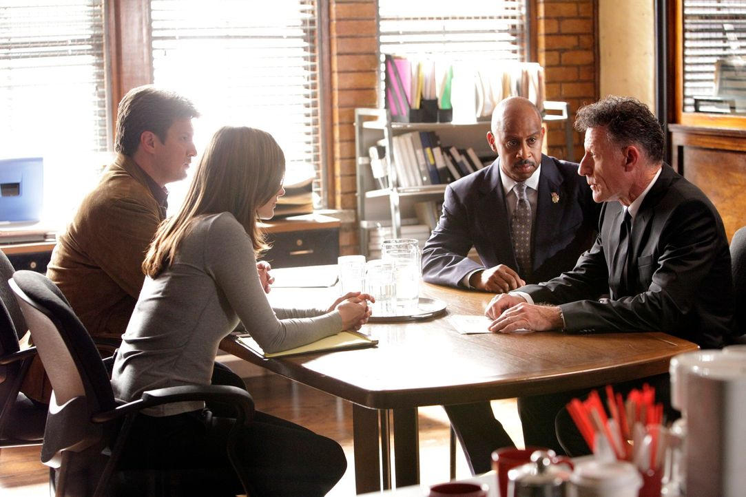 Richard Castle (Nathan Fillion, l.), Kate Beckett (Stana Katic, 2.v.l.), Roy Montgomery (Ruben Santiago-Hudson, 2.v.r.) und Agent Westfield (Lyle Lo... - Bildquelle: 2010 American Broadcasting Companies, Inc. All rights reserved.
