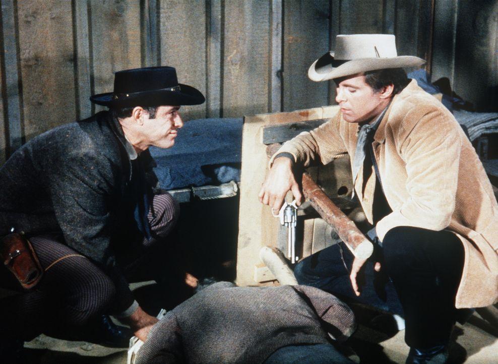 Die Brüder Mike (Paul Mantee, l.) und Josh Farrell (Michael Witney, r.) haben ihren Komplizen erschossen. - Bildquelle: Paramount Pictures