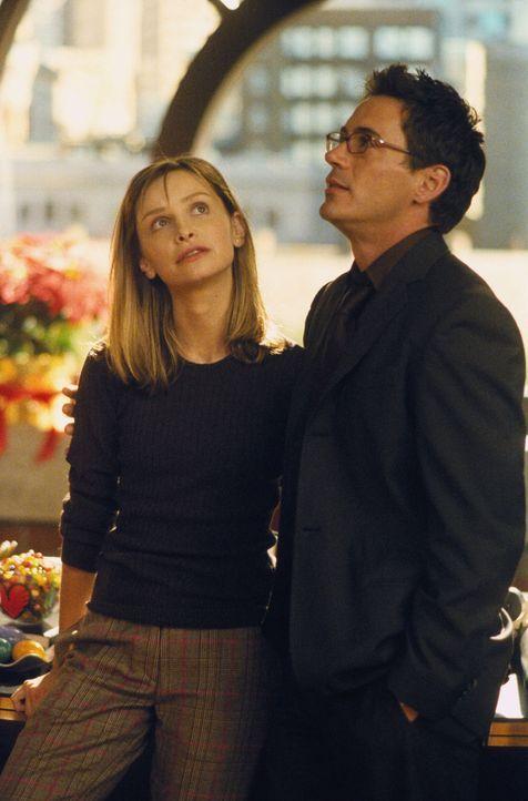 Die Beziehung zwischen Ally (Calista Flockhart, l.) und Larry (Robert Downey Jr., r.) steht unter einem guten Stern, aber wie lange noch? - Bildquelle: 2000 Twentieth Century Fox Film Corporation. All rights reserved.