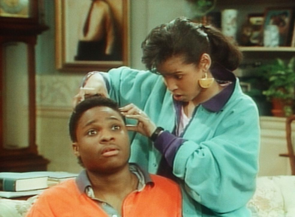Lana (Ana D. Zenon, r.) versucht sich vorzustellen, wie Theo (Malcolm-Jamal Warner, l.) mit Glatze aussieht. - Bildquelle: Viacom