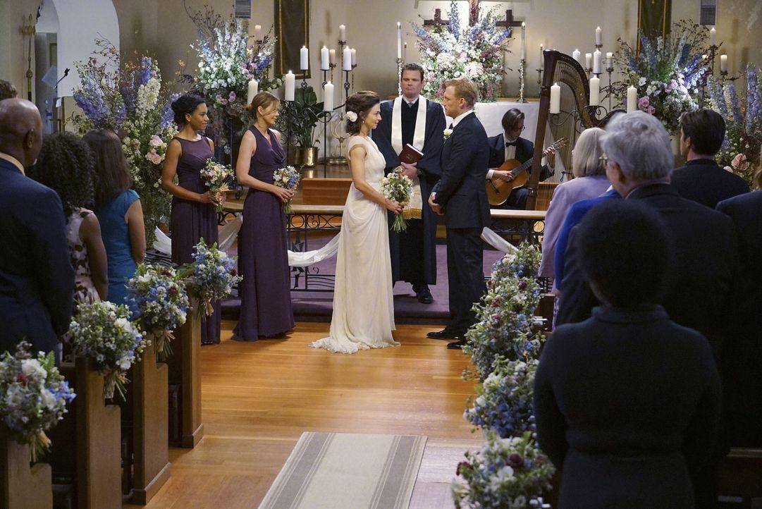 """Im Beisein ihrer """"Schwestern"""" Meredith (Ellen Pompeo, 2.v.l.) und Maggie (Kelly McCreary, l.), gibt Amelia (Caterina Scorsone, M.) Owen (Kevin McKid... - Bildquelle: Byron Cohen ABC Studios"""